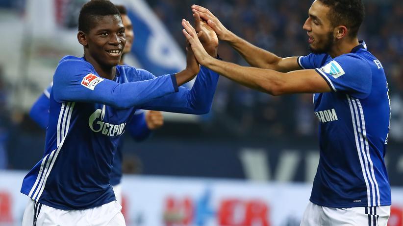 Bundesliga: Breel Embolo und Nabil Bentaleb von Schalke 04 freuen sich über den Sieg.
