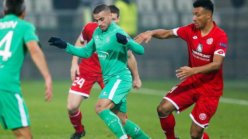 Europa League: Saint-Étiennes Oussama Tannane und Karim Onisiwo vom FSV Mainz 05 kämpfen um den Ball.