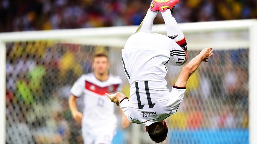 Miroslav Klose: So jubelt ein Miroslav Klose: Der Stürmer feiert mit einem Salto sein Tor gegen Ghana bei der WM 2014.