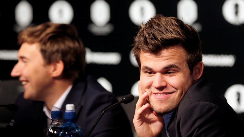 Anfangs hatten auf den Pressekonferenzen noch beide Akteure gute Laune: Karjakin (links) und Carlsen