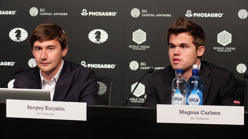 Schach-WM: Karjakin (links) und Carlsen auf der Pressekonferenz nach der siebten Runde