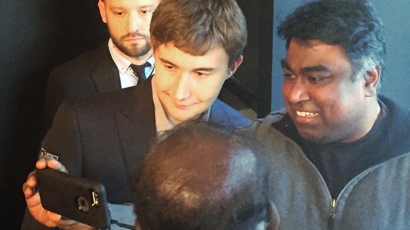 Schach-WM: Zeit für ein Selfie mit Fans: Sergej Karjakin nach der kurzen sechsten Partie