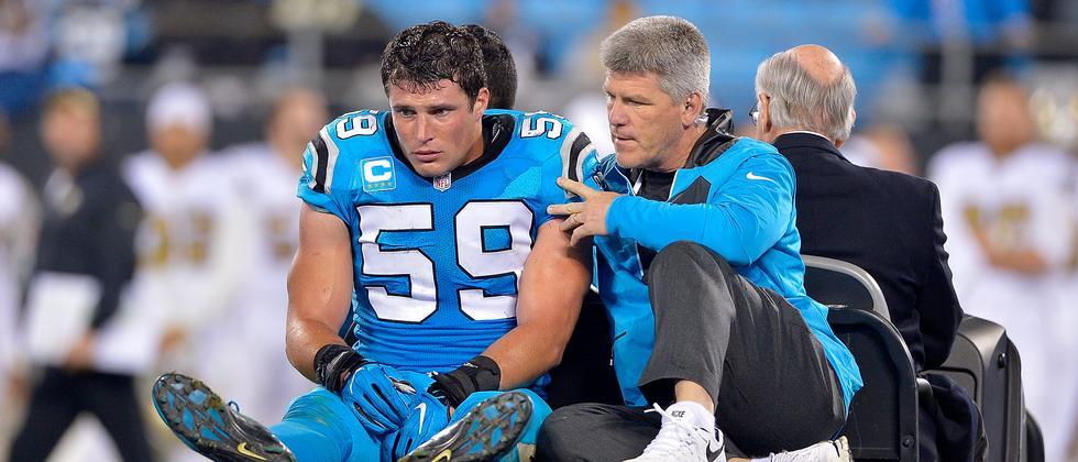 Luke Kuechly von den Carolina Panthers wird nach seinem Zusammenprall im November abtransportiert.