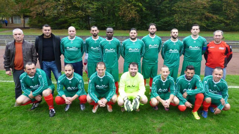 Asylpolitik: Mitglied eines Reutlinger Fußballvereins zu sein ist effektiver als jeder Sprachkurs. Hossam (hinten, fünfter von rechts) bei seinem Fußballverein Centro Portugues Reutlingen.
