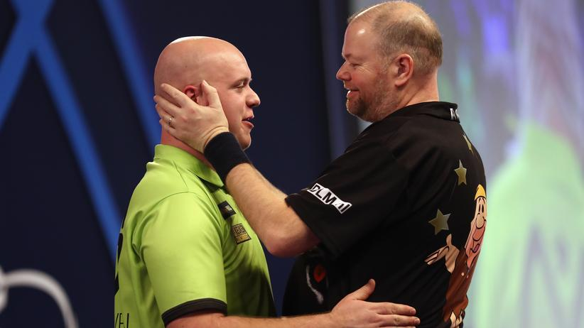 Im Halbfinale standen sich die beiden Niederländer Michael van Gerwen (links) und Raymond van Barneveld gegenüber. Van Gerwen gewann und spielt nun um den Darts-WM-Titel.
