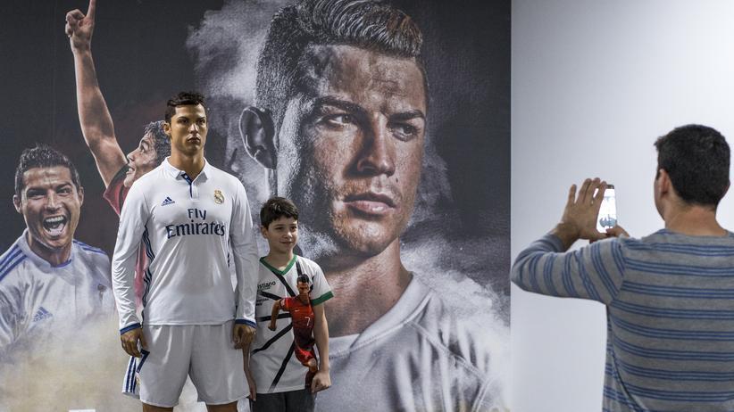 Peter Sloterdijk: Ein junger Fan lässt sich im Ronaldo-Museum auf Madeira neben der Wachsfigur seines Idols fotografieren.