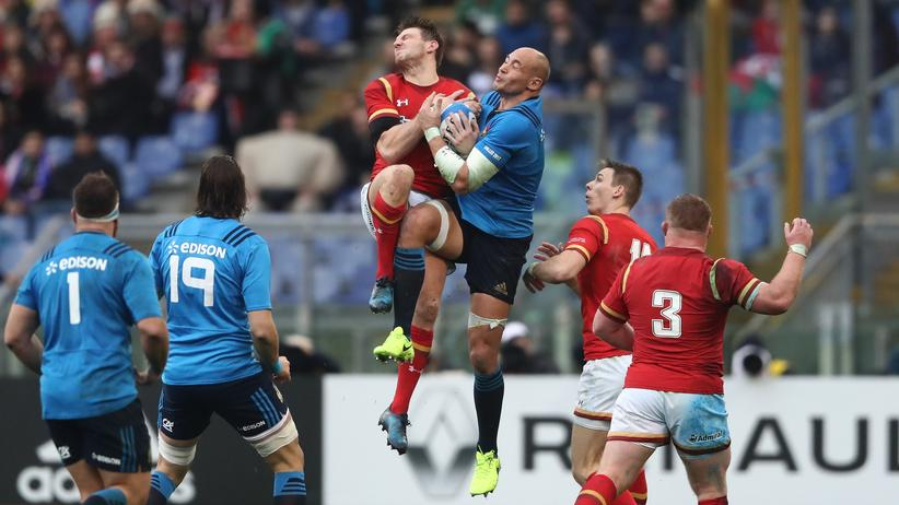 Dan Biggar (Wales) und Sergio Parisse (Italien) kä,pfen beim ersten Spiel des Six Nations Cup im Olympiastadion in Rom um den Ball.