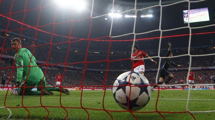 FC Bayern München: Auch der beste Spieler der Bayern musste zwei Mal dem Ball hinterherschauen.