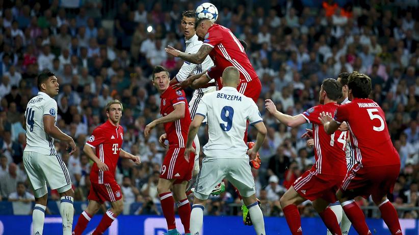 Champions League: Bayern-Spieler Jérôme Boateng im Kopfballduell mit Cristiano Ronaldo von Real Madrid beim Viertelfinale der Champions League in Madrid, Spanien