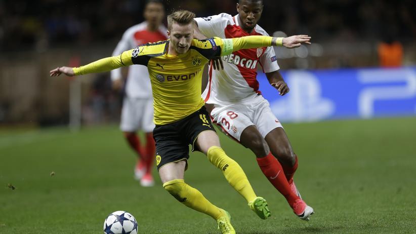 Champions League: Der Dortmunder Marco Reus im Zweikampf mit Monacos Almamy Toure