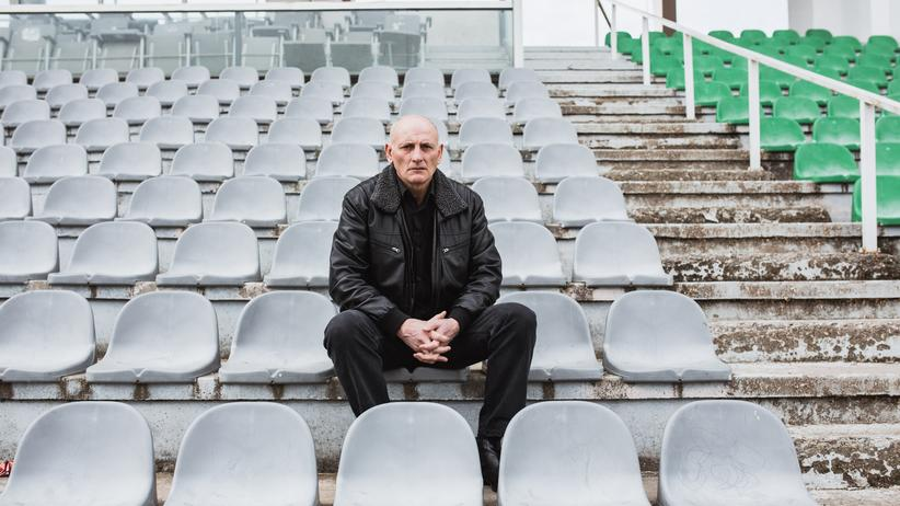 Bardec Seferi sitzt im Stadion, in dem er über 300 Mal für Mitrovica aufgelaufen ist.