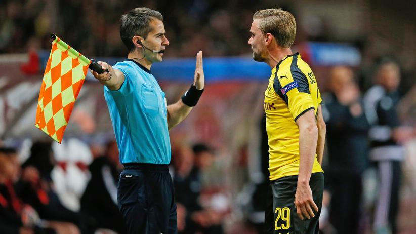 Marcel Schmelzer ist mit einer Schiedsrichter-Entscheidung nicht einverstanden.