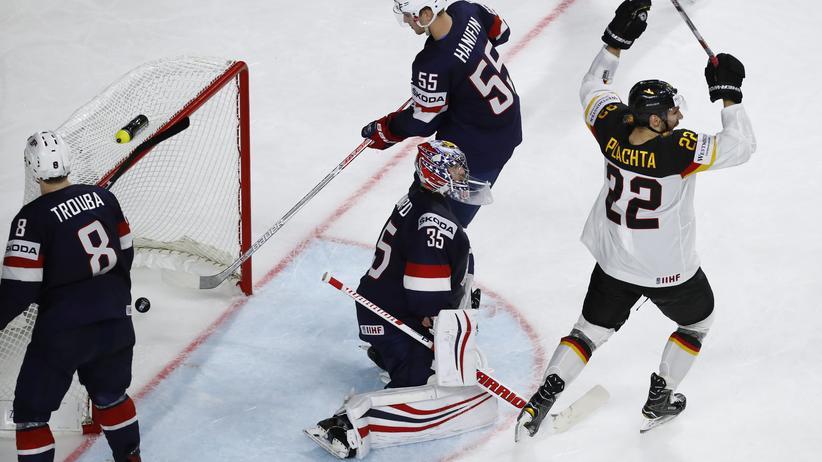 Eishockey-WM:  Patrick Hager freut sich über das entscheidende Tor kurz vor Spielende.