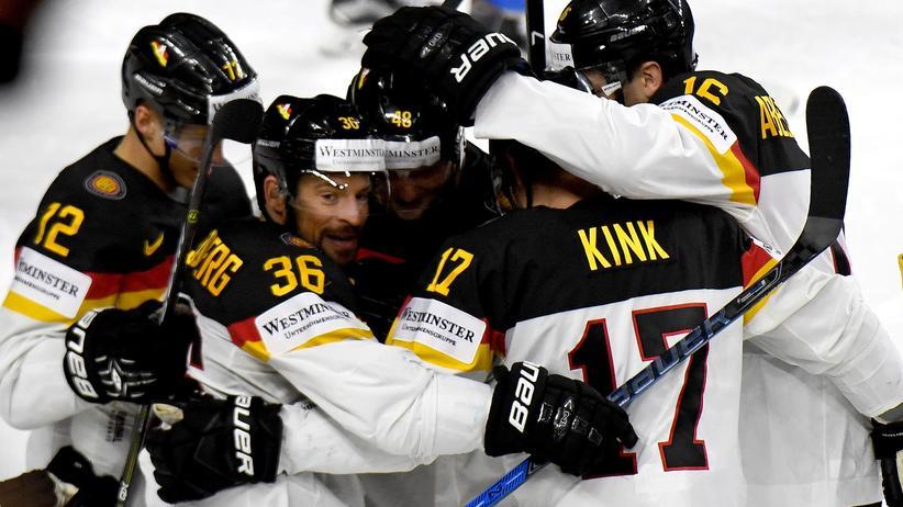 Eishockey-WM: Deutschlands Torschütze zum 1:3, Yannic Seidenberg (2.v.l.), jubelt mit seinen Teamkollegen.