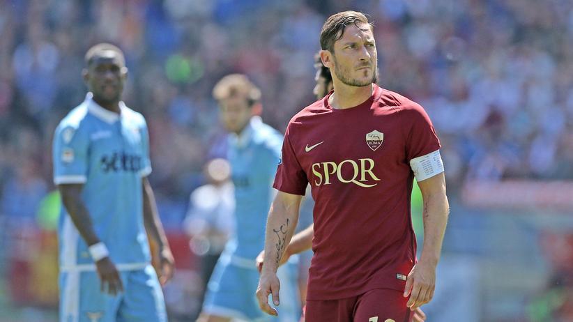 Francesco Totti Ende April in seinem letzten Stadtderby gegen Lazio Rom. Nun beendet er seine Karriere.