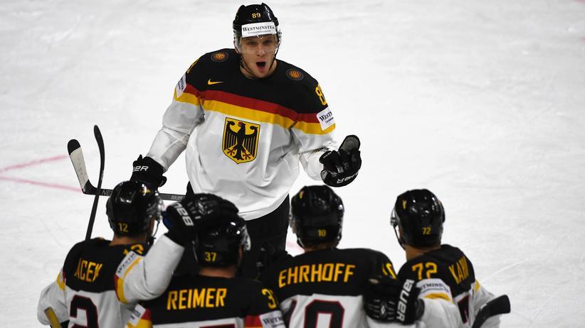 Eishockey-WM: Das deutsche Eishockeyteam freut sich über das zweite Tor beim WM-Spiel gegen die Slowakei.