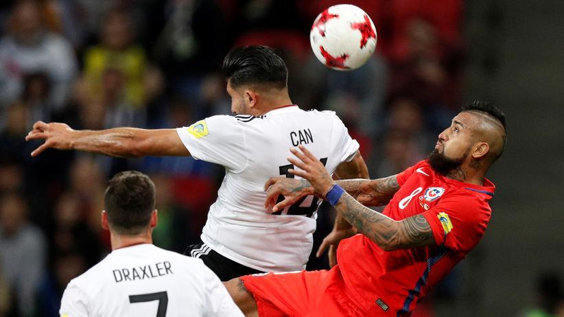 Deutschland – Chile: Chiles Arturo Vidal (rechts) im Zweikampf mit Emre Can