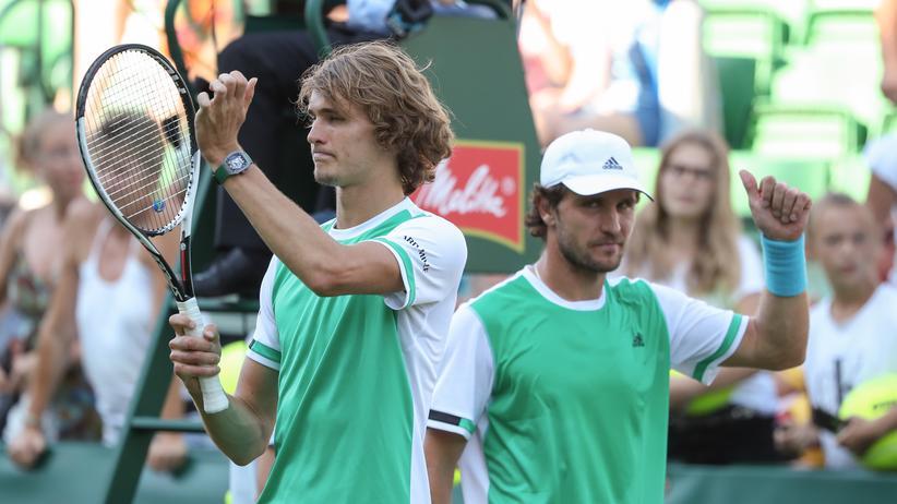 Die Brüder Alexander (links) und Mischa Zverev gewinnen gerade in Halle im Doppel und im Einzel.
