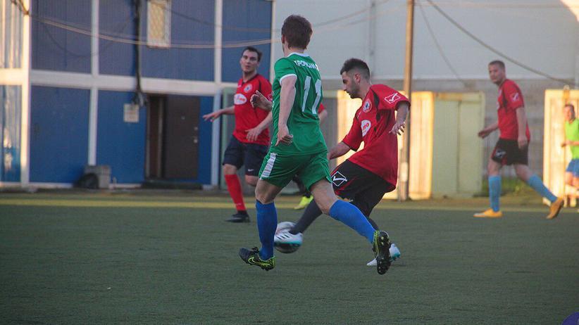 Amateurfußball: Mikhail schirmt den Ball ab.