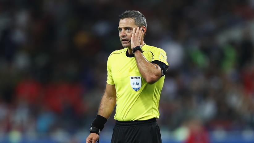 Confederations Cup: Schiedsrichter Damir Skomina hört zu, was ihm der Videoschiedsrichter während des Spiels Chile gegen Kamerun einflüstert.