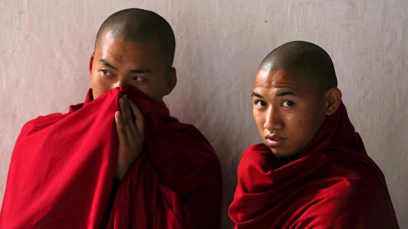 Zwei Mönche in Punakha Dzong, Bhutan
