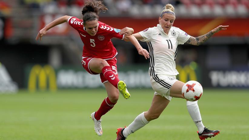 Frauenfußball: Die Dänin Simone Boye Sørensen im Zweikampf gegen Anja Mittag in Rotterdam, Niederlande