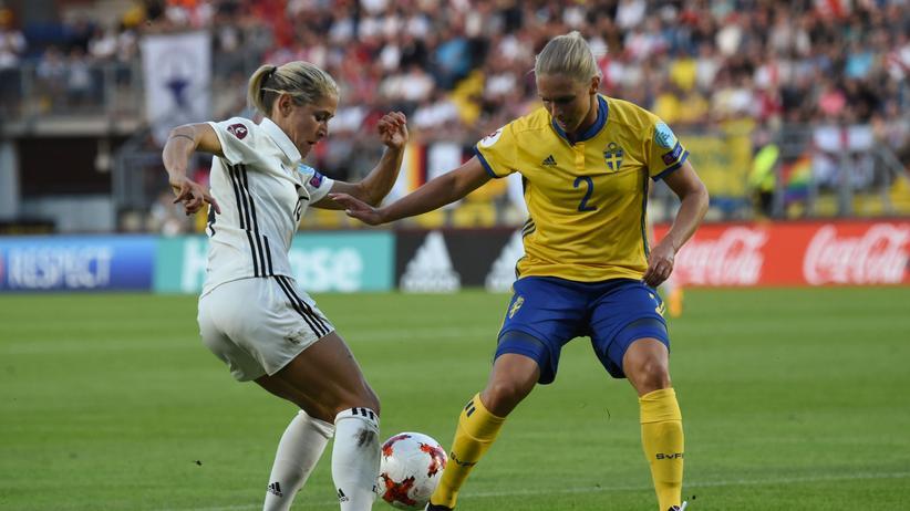 Frauenfußball-EM: Anna Blässe kämpft zusammen mit der deutschen Gruppe gegen die Schwedin Jonna Andersson und ihr Team.