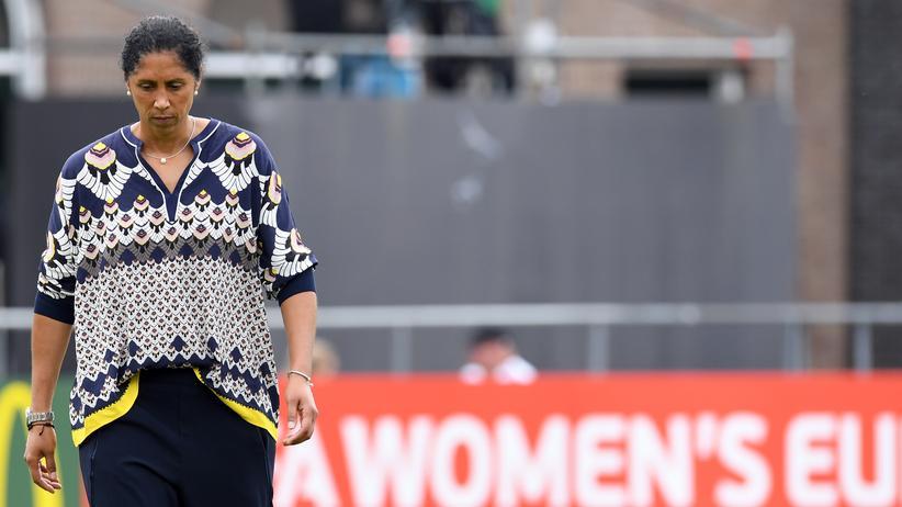 Deutschlands Trainerin Steffi Jones geht nach dem EM-Aus enttäuscht vom Platz.
