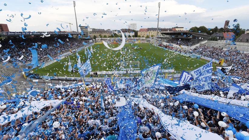 Zwar feiern die Löwen ihre Rückkehr ins Grünwalder Stadion. Doch die Zukunft ist weiter ungewiss.