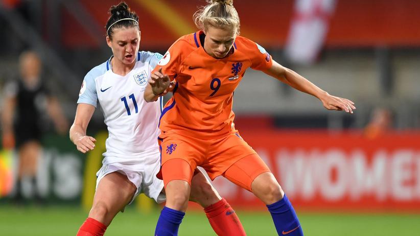 Frauen-EM: Die Engländerin Jade Moore im Zweikampf gegen die Niederländerin Vivianne Miedema in Enschede, Niederlande.
