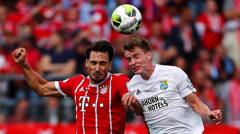 DFB-Pokal: Bayern Münchens Mats Hummels im Kopfballduell mit Florian Hansch vom Chemnitzer FC.