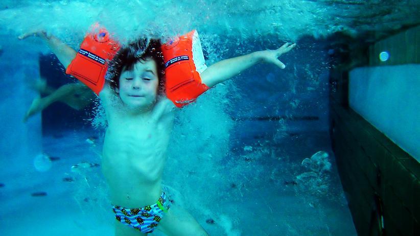 Schwimmen: So wie Schwimmen in Deutschland gelehrt wird könnte das für Knder gefährlich sein, sagt Uwe Legahn.