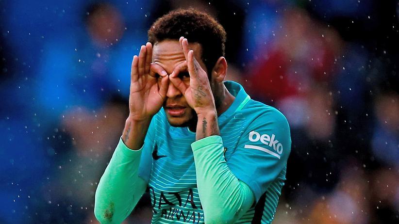Rekordtransfer: Neymar nach dem zweiten Torschuss im Spiel zwischen Deportivo Alaves und FC Barcelona im spanischen Estadio de Mendizorroza, Februar 2017