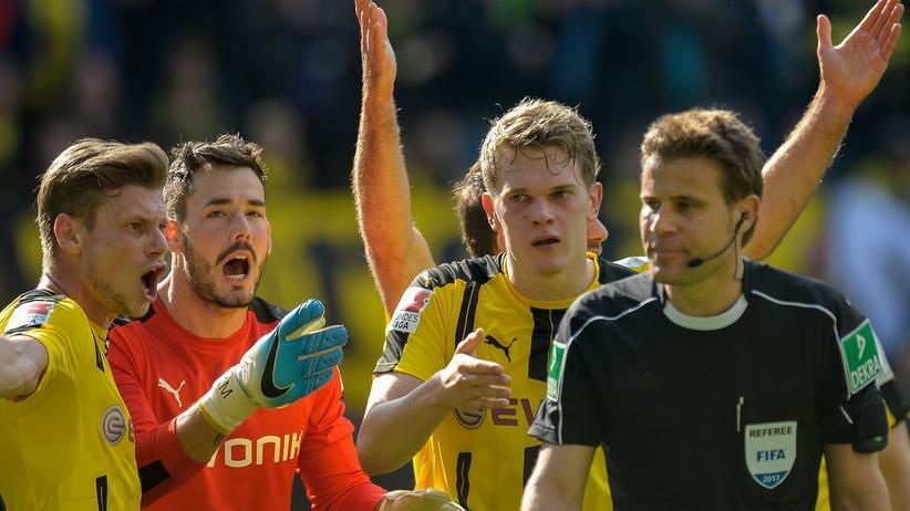 Bald Vergangenheit? Der Schiedsrichter Felix Brych muss sich von Dortmunder Spielern einiges anhören.