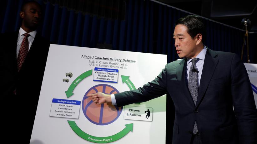 USA: Joon H. Kim, der Chef der Südlichen New Yorker Strafverfolgungsbehörden, spricht bei einer Pressekonferenz über die Anklage von zehn Personen wegen Korruptionsverdacht.