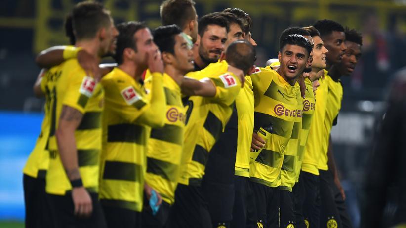 Ausgelassen feiernd vor der Dortmunder Südtribüne sieht man die Spieler des BVB nun wieder häufiger.