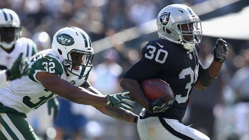Juston Burris von den New York Jets (links) rennt seinem Gegenspieler hinterher, so wie es wahrscheinlich sein soll.