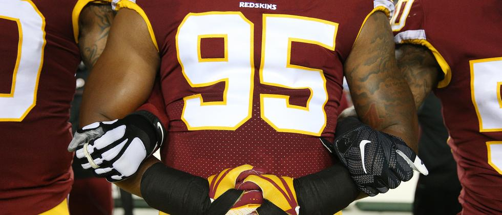 Spieler der Washington Redskins haken sich unter