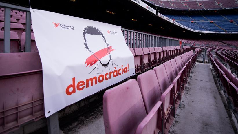 FC Barcelona: Statt Fans auf den Rängen hing dieses Plakat am Sonntag im Stadion des FC Barcelona.