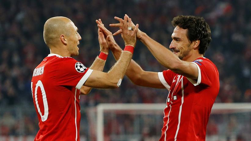 Champions League: Bayerns Arjen Robben und Mats Hummels feiern das dritte Tor ihrer Mannschaft.