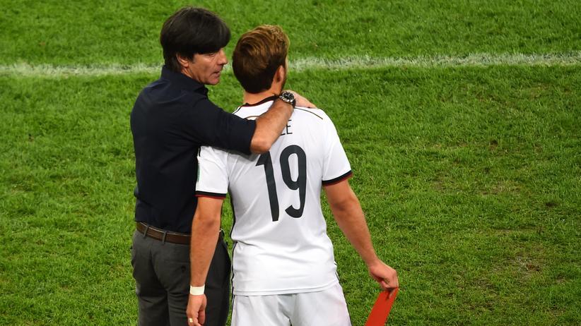 Fußball-Weltmeisterschaft: 13. Juli 2014, Rio de Janeiro, 88. Minute: Joachim Löw wechselt Mario Götze ein.