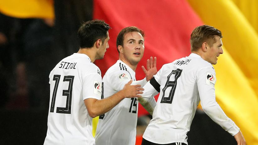 Freundschaftsspiel: Lars Stindl nach seinem Treffer mit Mario Götze und Toni Kroos