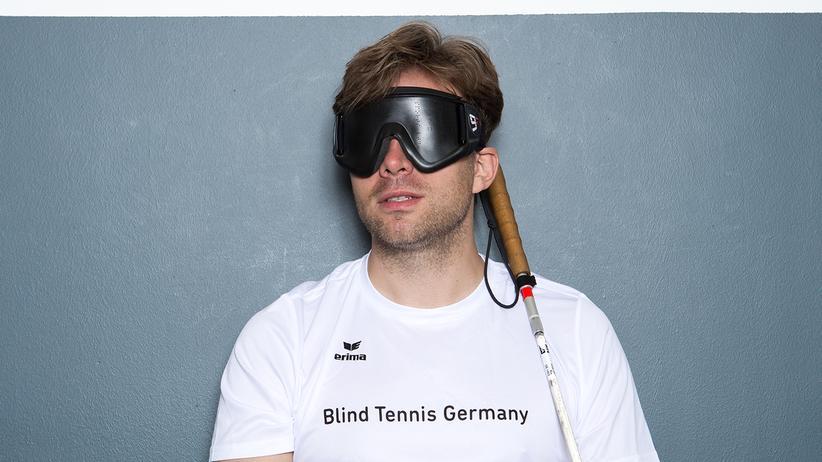 Blindensport: Michael Wahl mit seiner Augenklappe. Die muss sein, damit Spieler mit noch geringem Sehvermögen keinen Vorteil haben.
