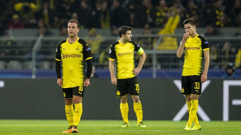 Borussia Dortmund: Noch ein Dortmunder Gegentor: Mario Götze, Sokratis und Julian Weigl nach dem Ausgleich durch Apoel Nikosia in der Champions League
