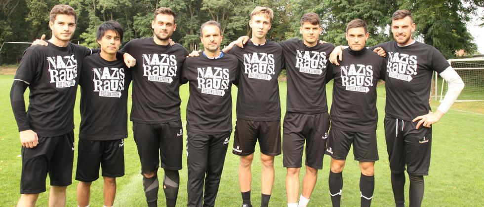 Trainer und Spieler des SV Babelsberg 03 mit dem T-Shirt, von dem sich manche Deutsche provoziert fühlen.