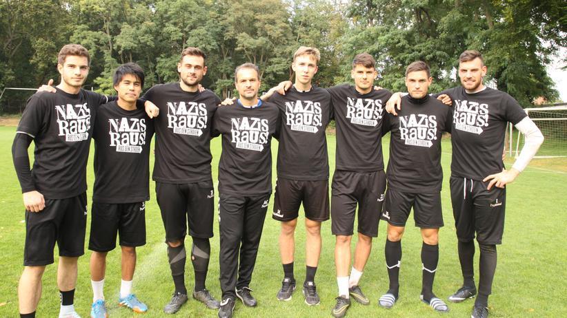 Rechtsextremismus im Fußball: Trainer und Spieler des SV Babelsberg 03 mit dem T-Shirt, von dem sich manche Deutsche provoziert fühlen