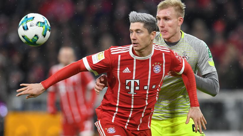 Bundesliga-Rückschau: Robert Lewandowski von Bayern München (l) und Frederik Soerensen vom 1. FC Köln im Zweikampf