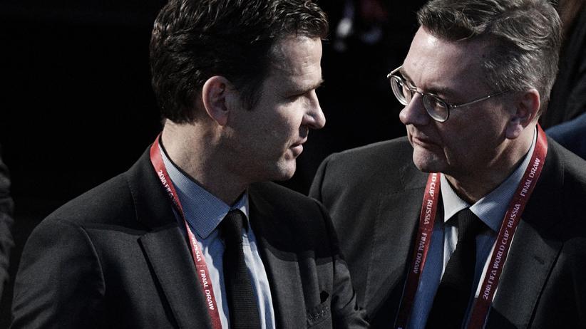 DFB-Bundestag: DFB-Präsident Reinhard Grindel (M.) und Oliver Bierhoff (l.), der DFB-Direktor für die Bereiche Nationalmannschaften und Fußball-Entwicklung wird