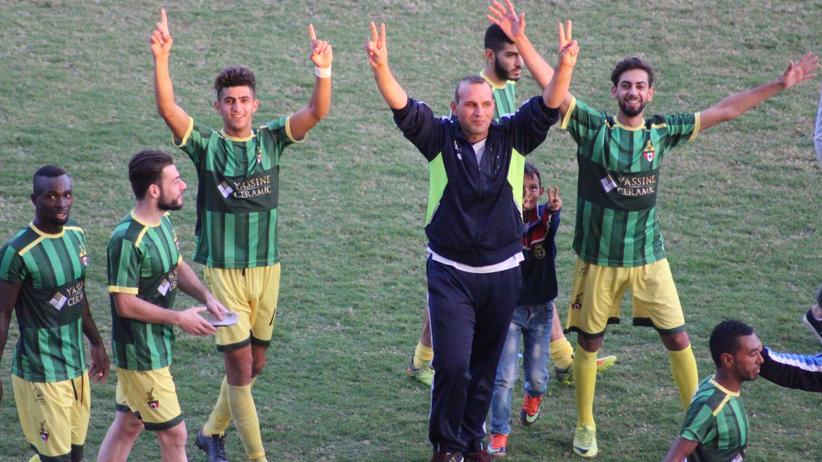 Spieler des Nasser Sport Club feiern einen Sieg. Sie spielen in der zweiten Liga des Libanon.