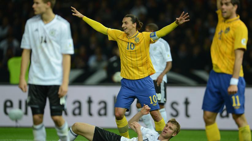 Fußball-Weltmeisterschaft: Berlin 2012: Deutschland und Schweden trennen sich nach einem 4:0-Vorsprung der Deutschen noch 4:4. Hier jubelt Zlatan Ibrahimović.